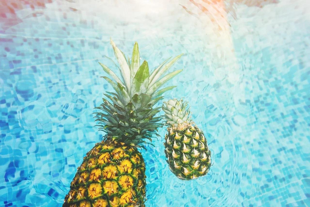 Ananas v bazénu