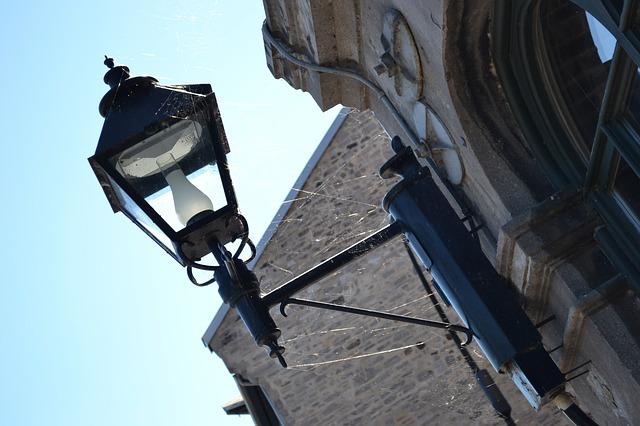 pavučiny na lampě