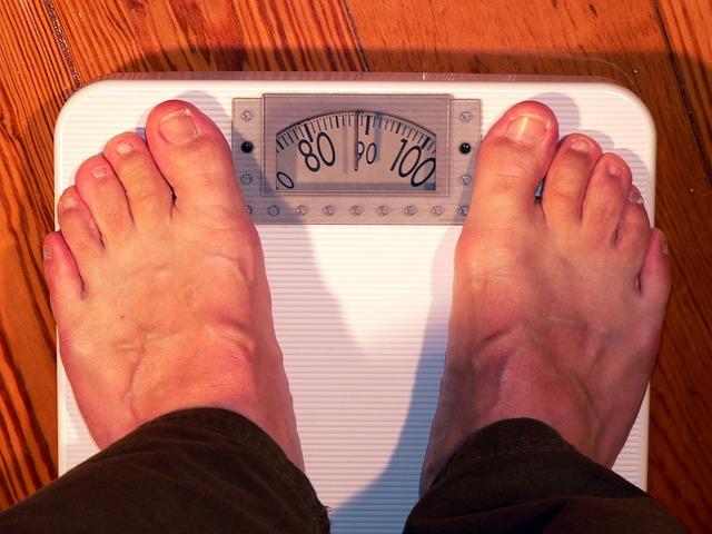 muž na váze