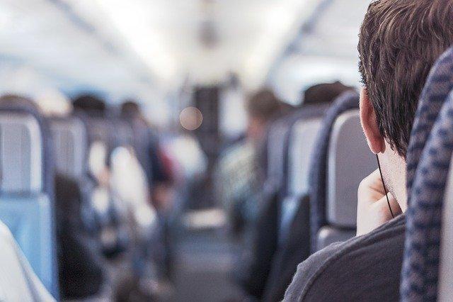 cestující v letadle