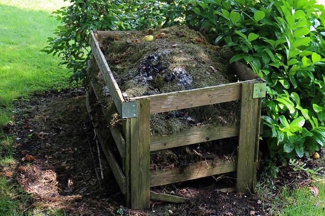 kompost na zahradě