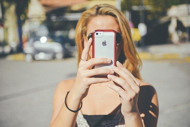 Žena s mobilem v ruce (na mobilu plastový obal)